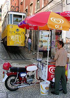 Eisverkäufer am Elevator hinauf ins Chiado (April)