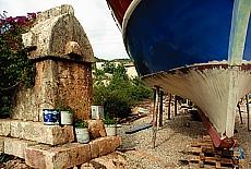 Lykischer Sarkophag im Hafen von Üçagiz (Oktober)