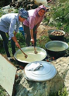 Bauersfrauen beim Kochen in Üçagiz (April)