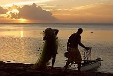Fischer im Abendlicht auf Moorea (November)