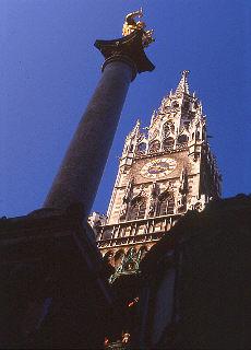 Rathaus mit Mariensäule (April)