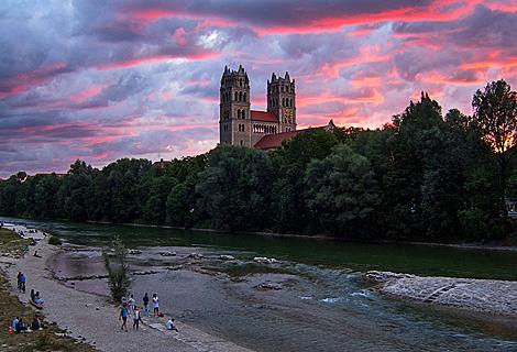 Sonnenuntergang in den Isarauen bei der St. Maximilian Kirche (Februar)