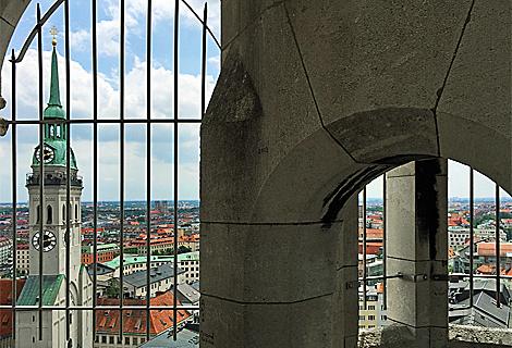 Blick vom Rathaus am Marienplatz zum Alten Peter (März)