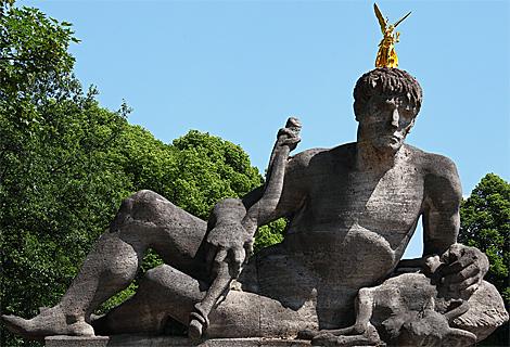 Goldene Statue am Friedensengel, Luitpoldbrücke (April)