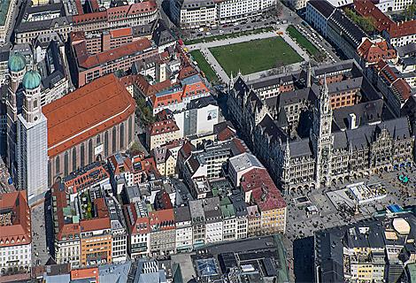 Marienplatz, Rathaus und Frauenkirche (August)