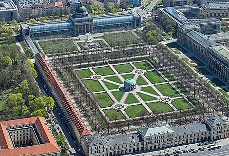 Hofgarten und Bayerische Staatskanzlei (Mai)