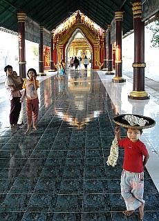 Pagodeneingang am Mandalay Hill (März)