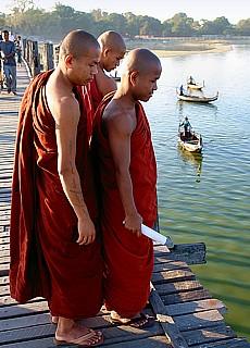 Mönche auf der U-Beinbrücke (Februar)