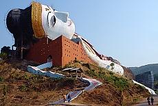 Der größte liegende Buddha der Welt in Mudon (März)