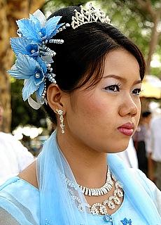 Burmesisches Mädchen bei eimem Novizenfest in Mandalay (August)