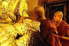 Mönche bei der Weihe eines Buddha am goldenen Mahamuni (Dezember)