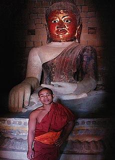 Mönch mit Buddha in Mrauk U (Dezember)