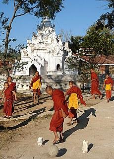 Fussballbegeisterte Mönche in Myanmar (September)