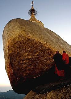 Betende Pilger am Goldener Felsen Kyaikhto (Dezember)