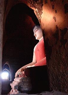 Buddha in einem Tempel von Bagan (November)