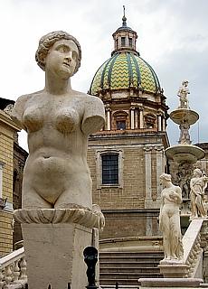 Marmorbrunnen Fontana Pretoria in Palermo (April)