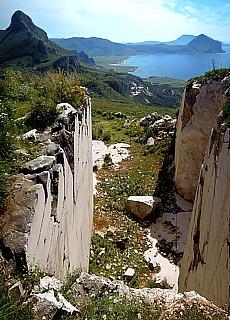 Stillgelegter Marmorbruch am Monte Monaco (März)