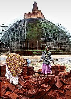 Frauenarbeit an der Backsteinpagode in Anuradhapura (August)