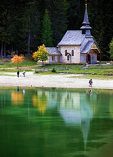 Kapelle am Pragser Wildsee (Juli)