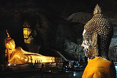 Goldener Buddha in der Suwan Kuaa Cave (August)