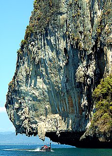 Bizarre Karstfelsen in der Phranang Bay (Januar)