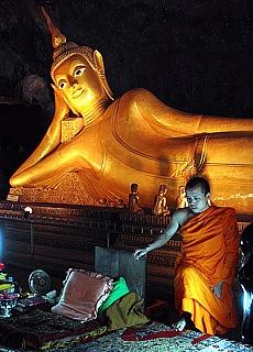Goldener Buddha in der Suwan Kuaa Cave (Juli)