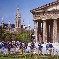 Wiener Rathaus mit Volksgarten (Juni)
